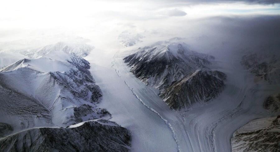 En del af en gletsjer set fra et NASA-fly over Ellesmere Island, Canada. Gletsjerne på Ellesmere Island trækker sig tilbage på grund af de varmere temperaturer.
