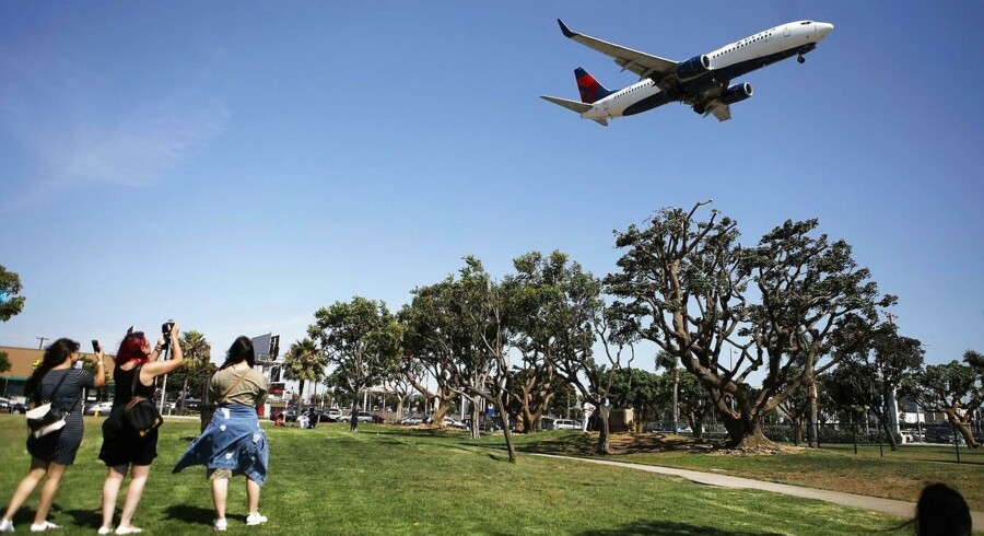 Der er omkring 9.000 kilometer til Los Angeles og en passager i et gennemsnitsfly udleder 210 gram gasser for hver kilometer. Det giver knap fire ton klimaskadende gas. Det er cirka 25 procent af en gennemsnitsdanskers årlige CO2-udledning brugt på én enkelt returejse.