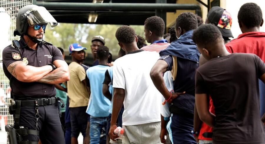 ARKIVFOTO: Afrikanske migranter forsøger at komme fra Marokko til Spanien. Ifølge flere medier vil Jean-Claude Juncker onsdag præsentere et forslag om etablering af en 10.000 mand stor og bevæbnet EU-grænsepatrulje.