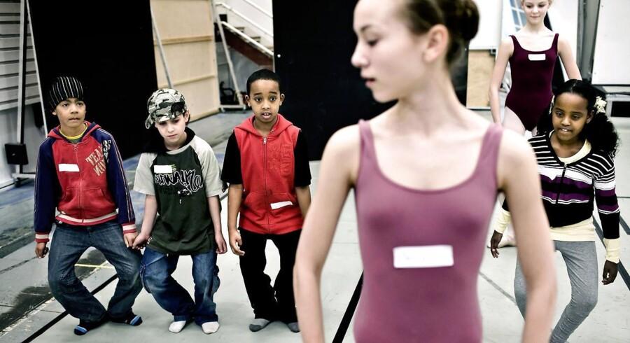 Børn fra Rådmannsgads Skole på Nørrebro er på besøg hos balletskolen på Det Kongelige Teater. Generelt fylder de kulturelle fag for lidt i undervisningen, mener Ronnie Jeppesen. Arkivfoto: Niels Ahlmann Olesen