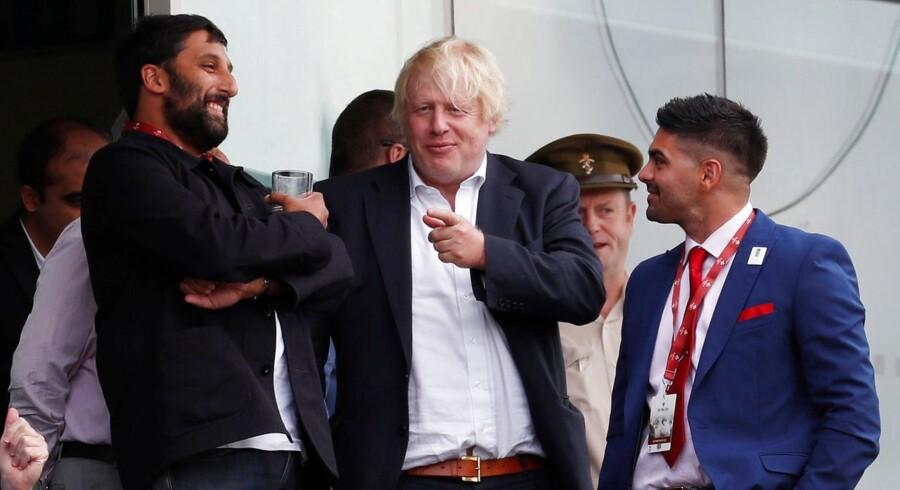 Boris Johnson drømmer om at blive britisk premierminister, men hans privatliv er nu kommet på tværs. Hans kone har smidt ham ud efter endnu et tilfælde af utroskab, men de britiske medier kommer ham nu til hjælp. For det var den unge kvindelige pressemedarbejder, som forførte ham. Hun er en flirtende blond sladdertaske, som betragter magtfulde mænd, som en puma betragter et bytte. Så Boris Johnson kan slappe af – som her ved cricketmatchen mellem England og Indien.