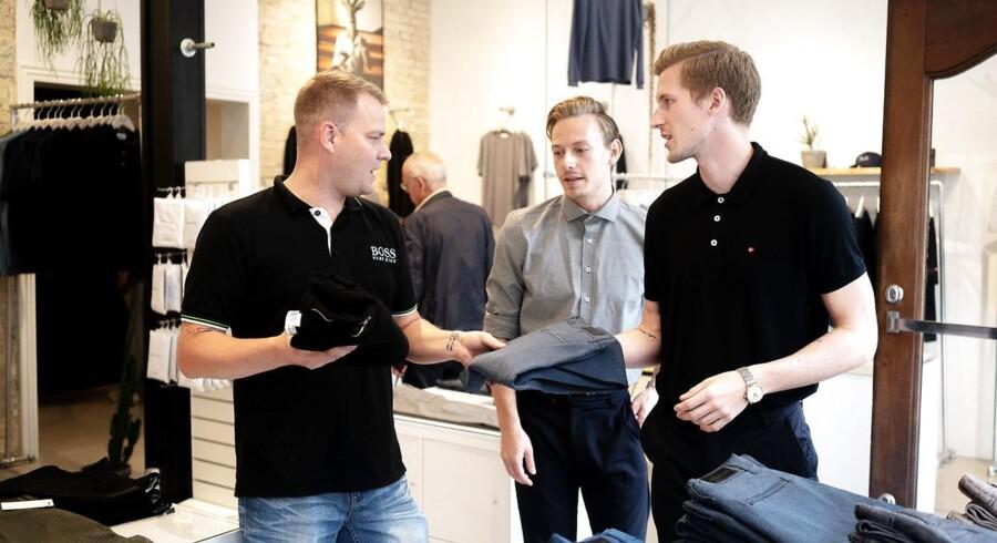 De tre iværksættere Kasper Ulrich, Christoffer Bak og Christian Aachmann åbnede butikken i Aalborg i 2015, fordi de gerne ville være tæt på kunderne. Her får kunden Claus Kammer (til venstre) hjælp af Christian Aachmann (i midten) og Kasper Ulrich (til højre).