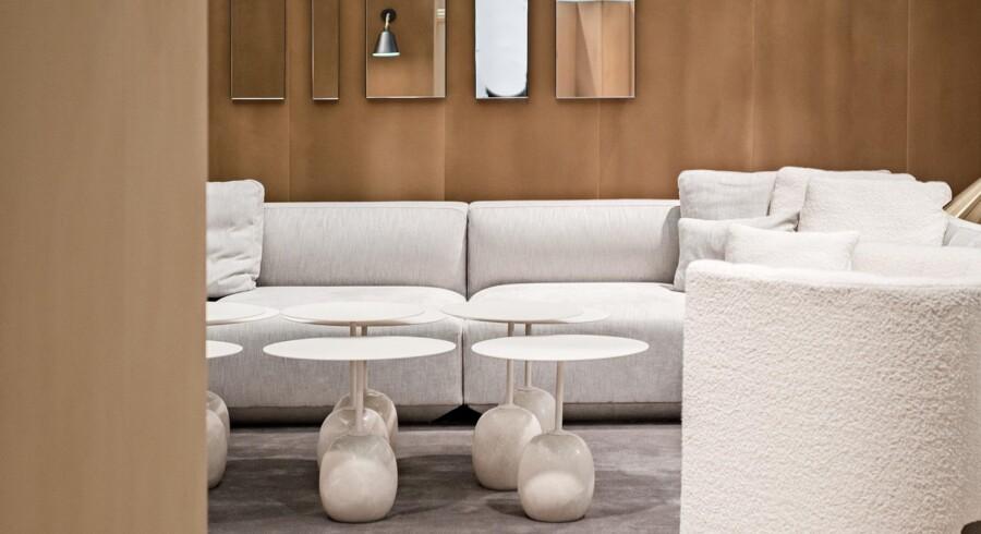 Lyse toner på møbler, interiør og lamper står flot i flok og i kombination med de fleste farver og materialer. Her er det billede fra &tradition. Foto: PR