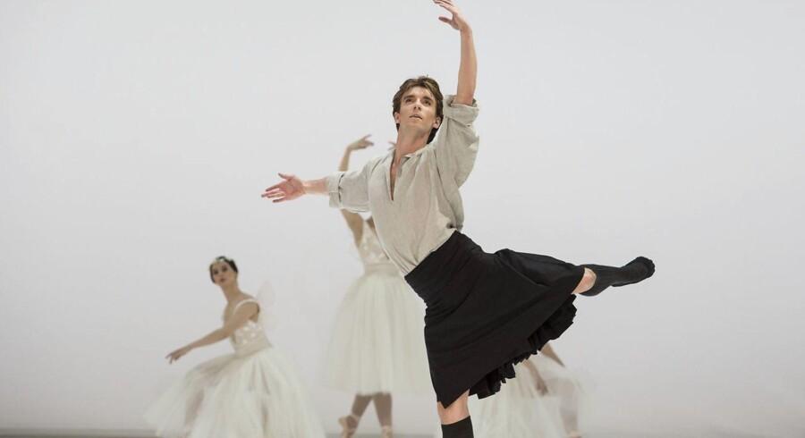 """Ulrik Birkkjær som James i Nikolaj Hübbes opsætning af »Sylfiden« fra 2014. Ulrik Birkkjær, der medvirker i """"Bournonvilleana"""" lørdag aften, er solodanser i både Den Kgl. Ballet og San Francisco Ballet."""