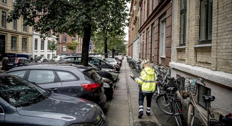 Pia Gabrielsen har været parkeringsvagt i Frederiksberg Kommune de sidste seks år. Inden hun skriver en P-afgift, skal hun overveje, om hun selv ville være OK med at få den.