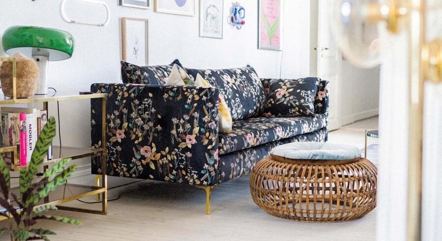 Common er en ny dansk designvirksomhed, som specialiserer sig i siddemøbler. De bliver designet i samarbejde med forskellige designere, og det gælder også deres nye sofaer, som er skabt af den danske designduo Baum und Pferdgarten. Helle Hestehave og Rikke Baumgarten har de seneste årtier markeret sig på modefronten, ikke mindst med deres farverige og unikke print. Og det er da også iøjnefaldende print, der udgør de nye sofaer. Den ene er i et skønt dekadent leopardmønster, mens den anden er et blomsterprint, som stammer fra en af deres tøjkollektioner. D'damer siger selv om designet: »Vi arbejdede ud fra ideen om, at møbler ikke behøver være grå og kedelige. De kan være dramatiske, dynamiske og poetiske; de kan fortælle en historie og ikke bare være funktionelle. Ud over følelsen af en cool hotellounge har vi også været inspireret af den maksimalisme, som har gjort sit indtog på både mode- og interiørfronten.« Sofaerne fås i to størrelser: 2-personers, der måler B180xD98 cm og tre-personers, der måler B220x98 cm. Flowerfield sofa designet af Baum und Pferdgarten fra Common, fra 11.250 kr.