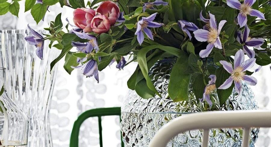 Med og uden blomster er det noprede glas en dekorativ tilføjelse til indretningen. Her er det en vase fra Svenskt Tenn. Foto: PR