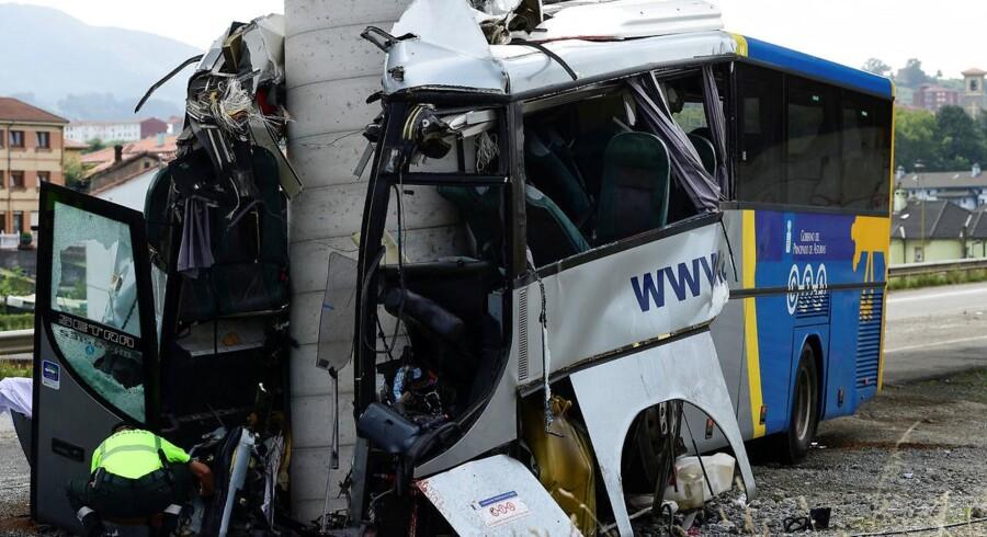 En bus blev kløvet midt over af en søjle ved en voldsom ulykke i det nordlige Spanien. Mindst fem er døde.