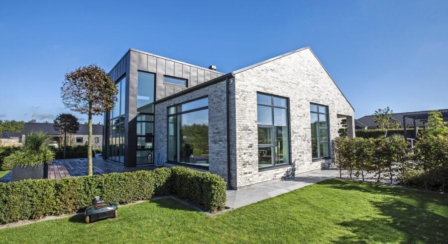 Huset er bygget op omkring den sorte zinkkube, hvor husets køkken-alrum med højt til loftet er. Foto: Preben Jørgensen Huse