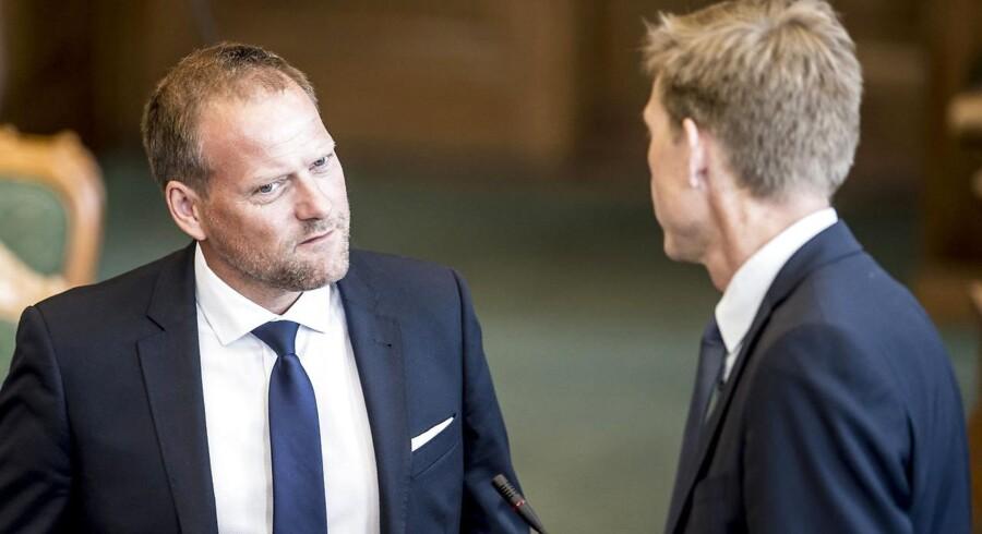 »Vi har noget at spille med. Vi bruger 36 milliarder om året. Hvis vi bare kan bringe det ned med ti procent over en kort årrække, så har vi 3,6 milliarder om året at gøre godt med,« siger René Christensen (tv). Til højre ses Kristian Thulesen Dahl, formand for Dansk Folkeparti.