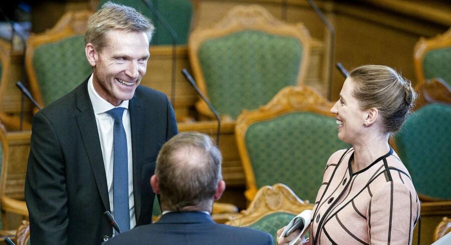 Dansk Folkeparti har holdt sig uden for regeringen, fordi partiet ikke hører til i en regering. Sådan vil det også være efter næste valg. Regeringsdeltagelse giver magt, men det indebærer også tunge kompromiser og manglende skarphed.