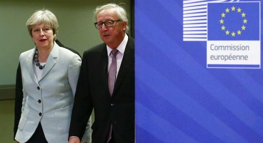 Den britiske premierminister Theresa May er i klemme mellem tilhængere af en hård Brexit i sit konservative bagland – og EU's linje om, at et land ikke bare kan vælge til og fra i unionens fordele og forpligtelser. Tingene hører sammen, lyder budskabet igen og igen fra bl.a. EU-Kommissionens formand, Jean-Claude Juncker. Her er de to på vej til Brexit-forhandlinger i Bruxelles i december 2017. Foto: Ritzau / Scanpiz / EPA / Oliver Hoslet
