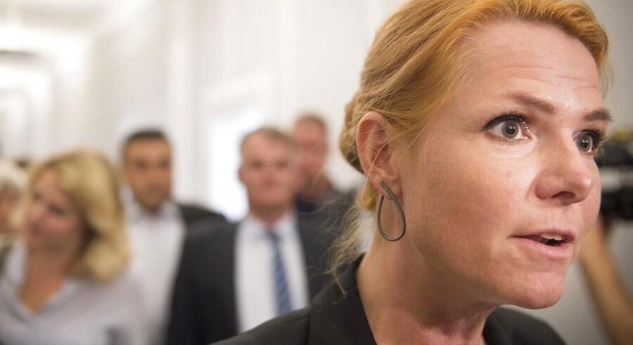 Inger Støjberg forklarer til Jyllands-Posten, at det nye ceremonielle håndtryk kommer til at skulle markere, at ansøgerne om dansk statsborgerskab har taget danske værdier til sig.I Frankrig afviste en kvinde at trykke en mandelig embedsmand i hånden, da hun skulle have overrakt sit statsborgerskab. Det endte med at koste hende statsborgerskabet på forklaringen, at hun ikke havde assimileret med det franske samfund.