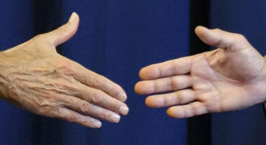 Skal, skal ikke? Håndtrykket er blevet det helt store samtaleemne i forbindelse med, at regeringen vil indføre et nyt ritual for tildeling af dansk statsborgerskab.