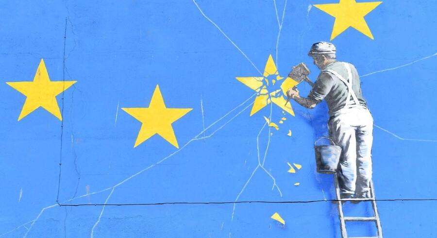 Den britiske regering advarer nu befolkningen og erhvervslivet om at tage konkrete forholdsregler for det tilfælde, at forhandlingerne med EU ender uden resultat, og at Brexit dermed bliver det hårdest mulige brud. Her er et udsnit af den anonyme kunstner Banksys fortolkning af Brexit på en mur i Dover.