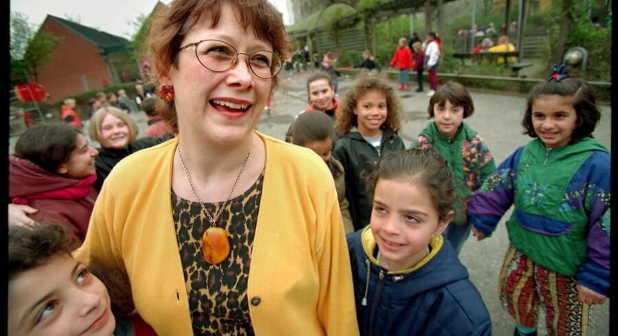 Lise Egholm, fotograferet med sine grovbollebørn i skolegården på Rådmandsgades Skole i 2007.