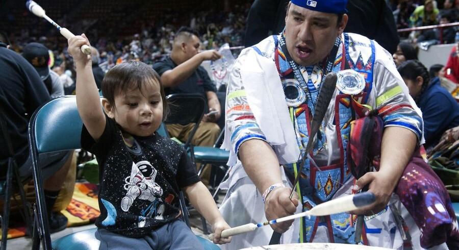 Powwows er store fester og sammenkomster, hvor indfødte amerikanere fejrer traditionel kultur. En powwow i Oakland, Californien, er i centrum for Tommy Oranges nye, anmelderroste roman »Der der«.