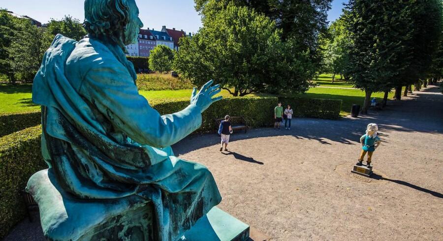 Over for H.C. Andersen-statuen i Kongens Have i København er opstillet en statue af den lille »fræksak«, prinsesse Bean fra Netflix-serien »Disenchantment«. Hvis man ser nærmere efter, har parkens duer også gjort det ved statuen, som de plejer at gøre. Den slags må en stor digter tåle med værdighed.