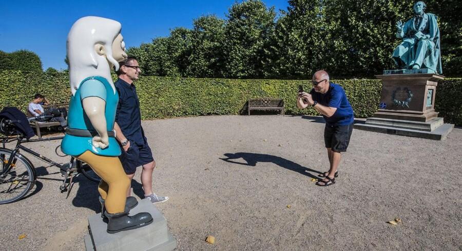 Vennerne Mads Kjær Christoffersen og Christian Brinck ser nærmere på reklamefiguren af prinsesse Bean fra Netflix-serien »Disenchantment«. Den står i Kongens Have ansigt til ansigt med statuen af H.C. Andersen. På soklen står: »Nogle eventyr har ingen moral«. I øvrigt bliver prinsessen bevogtet af en privat vagt fra morgen til aften, idet der har været forsøg på at stjæle hende. Om natten er hun låst inde i et skur.