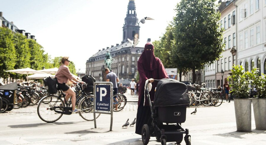 Burkaforbuddet træder i kraft 1. august, men begynder vi at forbyde det, vi ikke bryder os om, bevæger vi os ud på en glidebane væk fra frisind, mener Lilian Parker Kaule
