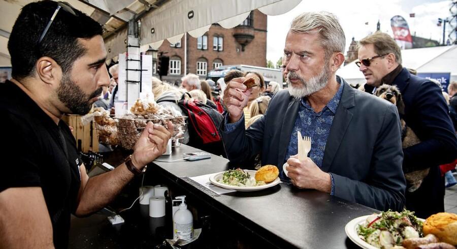 Søren Frank prøvespiser en lammepølse fra Restaurant Ros serveret af Marcel. Rådhuspladsen bliver i dag indtaget af Sønderjylland.