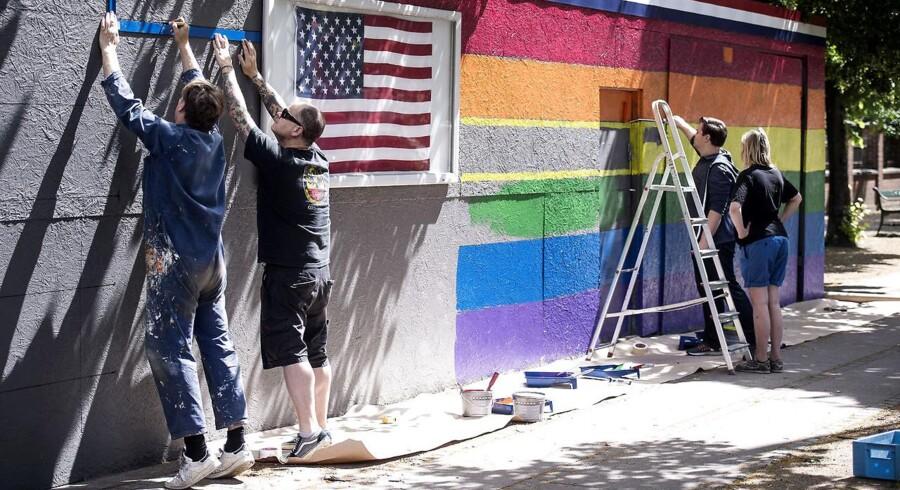 Ved sidste års Pride-event malede medarbejdere ved den amerikanske ambassade i København et stort regnbueflag på muren ud til Dag Hammarskjölds Allé. Ambassaden deltager også i Pride-eventen i år, men der er ikke detaljer om på hvilken måde.