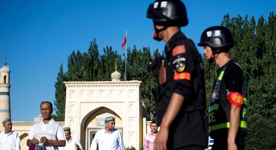 Muslimer forlader Id Kah-moskeen i byen Kashgar i det sydlige Xinjiang, hvor det kinesiske styre har opbygget en højteknologisk politistat med massiv overvågning af især den etniske gruppe uighurerne.