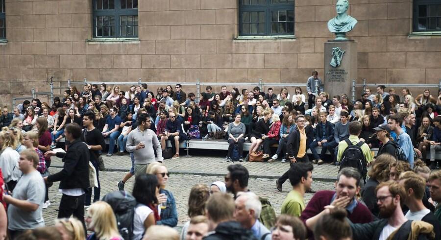 Regeringen vil skære i hvert fald 1.000 internationale studiepladser. Heraf mere end 100 på Københavns Universitet, hvorfra billedet stammer. Det er fra immatrikulationsfesten for to år siden på Frue Plads, hvor universitet har administration.