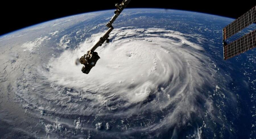 Florence har mulighed for at udvikle sig til en tropisk orkan i den allerkraftigste kategori 5, før den fredag morgen dansk tid ventes at gå i land i det sydøstlige USA. Her er den fotograferet fra Den Internationale Rumstation.