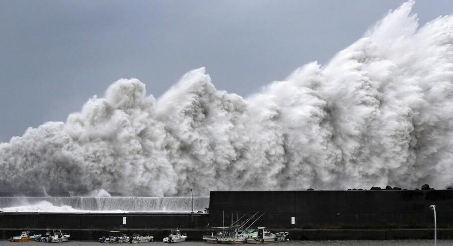 Ekstreme bølger slår ind mod en havn i Japan under Jebi-tyfonens hærgen 4. september. Det var den kraftigste tyfon i Japan i 25 år.
