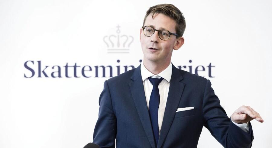 De små og mellemstore danske virksomheder mener, at det er blevet lettere at snyde med moms og skat. Det fremgår af en undersøgelse, som Skatteministeriet fik foretaget sidste år, som bliver omtalt offentligt i et notat af Rigsrevisionen. Skatteminister Karsten Lauritzen hæfter sig ved, at der sidste år blev indgået en politisk aftale om at afsætte en halv milliard kroner til mere kontrol i skattevæsnet - og at de penge skal have lov til at få effekt, før han kan vurdere, om der er brug for yderligere tiltag. (Foto: Jens Nørgaard Larsen/Scanpix 2017)