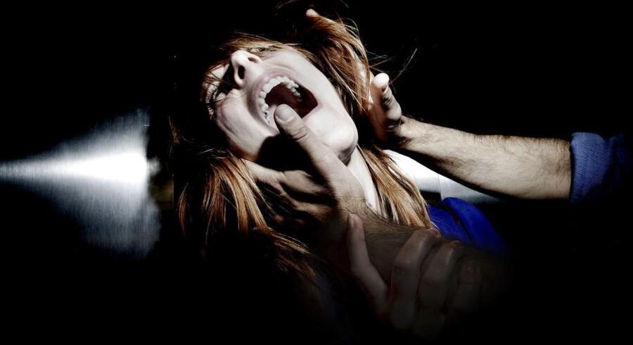 Over halvdelen af kvinder på krisecentre har levet i et voldeligt forhold i mere end tre år, før de får hjælp.