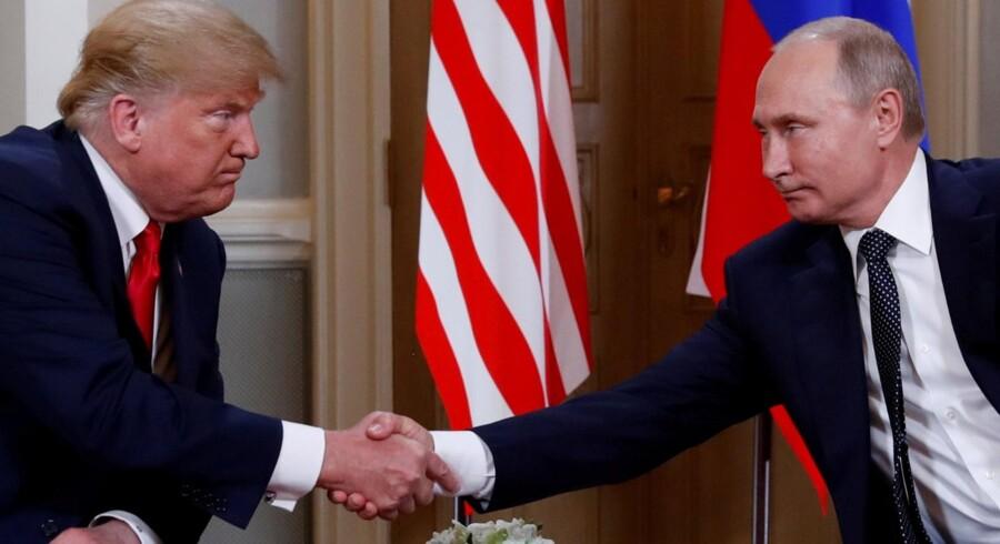 USA's præsident, Donald Trump, har fået massiv kritik, efter at han i forbindelse med et møde med sin russiske kollega, Vladimir Putin, tilsyneladende vægtede Putins forsikringer om, at Rusland ikke havde blandet sig i det amerikanske præsidentvalg, højere end sine egne efterretningstjenesters konklusion om, at Rusland rent faktisk havde blandet sig. Kevin Lamarque/arkiv/Reuters