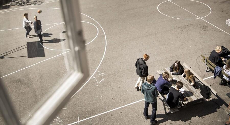 Forholdet mellem lærere og elever er for mange år siden skredet i en helt forkert retning, mener professor Niels Egelund. Den ligeværdighed, der praktiseres i dag, undergraver lærernes autoritet.