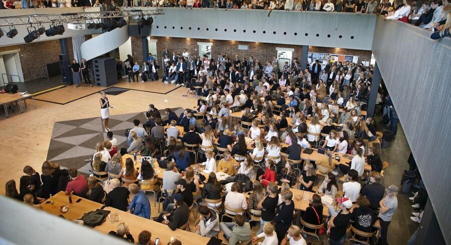 Stormøde på Rungsted Gymnasium med rektor Ruth Kirkegaard om »puttemiddage«, og de nye retningslinjer. Bestyrelsen for Danske Gymnasier vil »puttemiddagene« til livs.