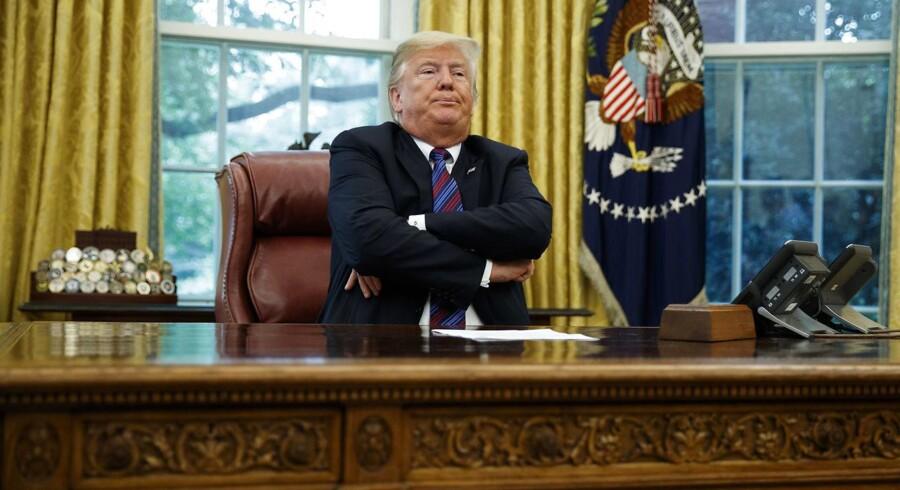 Arkivfoto af den amerikanske præsident, Donald Trump, bag sit skrivebord i Det Hvide Hus.