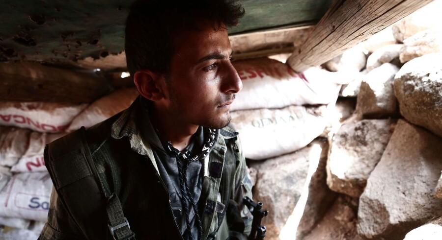 En soldat fra de syriske oprørsstyrker kan se frem til et voldssomt slag. Og en humanitær katastrofe.