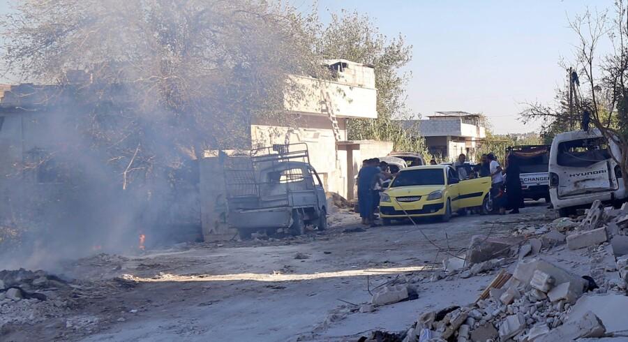 Syrisk familie evakueres med taxi fra et område i Jisr al-Shughur-distriktet i Idlib-provinsen. Det er et af de områder, der ifølge oplysninger fra Idlib blev angrebet af russiske fly tirsdag. Zein Al Rifai/arkiv/Ritzau Scanpix