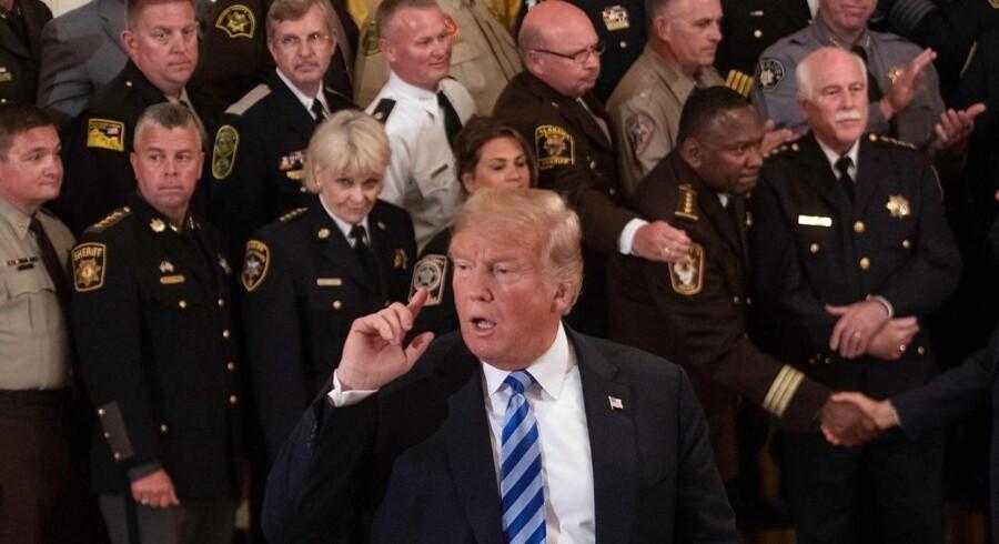 Under et møde med sheriffer gik præsident Donald Trump onsdag til modangreb på forfatteren af et kritisk anonymt indlæg om hans ledelse i New York Times. (Photo by NICHOLAS KAMM / AFP)