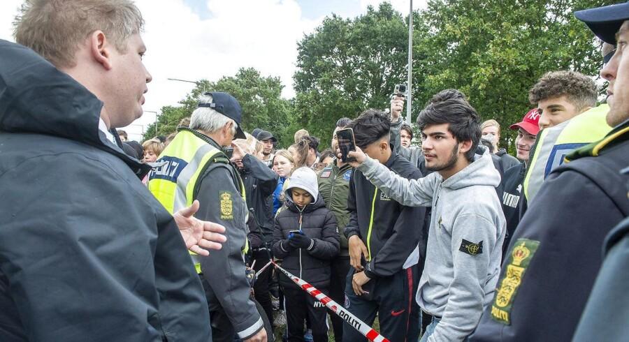 Rasmus Paludan, advokat og partileder for det stærkt indvandrerkritiske parti, Stram Kurs, demonstrerede i Esbjerg 8. september. Han rejser fra boligområde til boligområde, gerne med overvægt af muslimske borgere, for at tale sin sag. Det sker under politiets beskyttelse, men er det beskyttelsesværdigt?