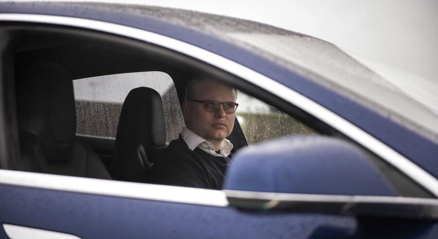 Mens kørselstjenesten Uber stadig var på hjul i Danmark, fragtede Mads Krabbe – også kaldet Tesla-Mads – hundredvis af Uber-kunder i sin elbil, når han alligevel pendlede frem og tilbage mellem København og Roskilde. Nu er han en af de chauffører, der efter Højesterets afgørelse venter på en bøde – og på, om Uber vil betale den.
