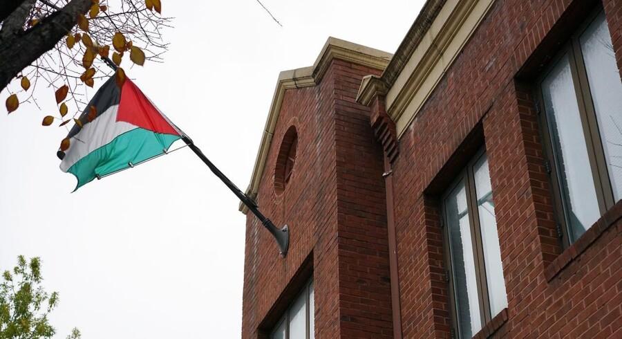 »Vi er blevet notificeret af en embedsmand fra USA om beslutningen om at lukke den palæstinensiske mission i USA,« siger Saeb Erekat ifølge AFP i udtalelsen.