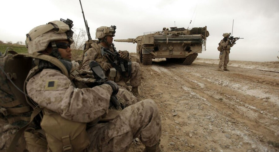 Amerikanske marinesoldater rydder i selskab med en dansk Leopard-kampvogn vejsidebomber i Afghanistan i 2010. Når Vesten ikke har haft mere succes i landet, skyldes det ikke mindst vores fravær af strategisk empati - at prøve at forstå fjenden, skriver Flemming Rose.
