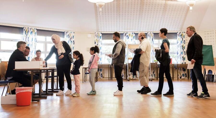 Valgdag i Sölvesborg hvor formanden fra Sverigedemokraterna Jimmie Åkesson bor sammen med sin sambo Louise Erixon. Hun stiller op for Sverigedemokraterna til kommunalvalget i Sölvesborg. Her fra Furlundsskolen hvor borgerne stemmer.
