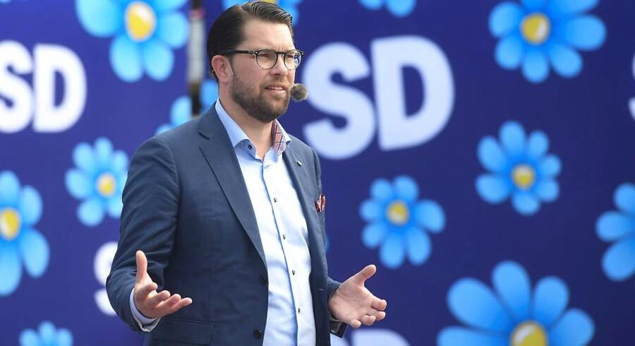 »Det hastigt voksende parti havde længe været en paria i svensk politik, også efter den mere moderate Jimmie Åkesson tog over i 2005 og for alvor begyndte udrensningen af højreekstremister, som siden SDs stiftelse har været et konstant og reelt problem. Mens ingen andre partier ville vide af Sverigedemokraterna, voksede partiet støt og roligt.«
