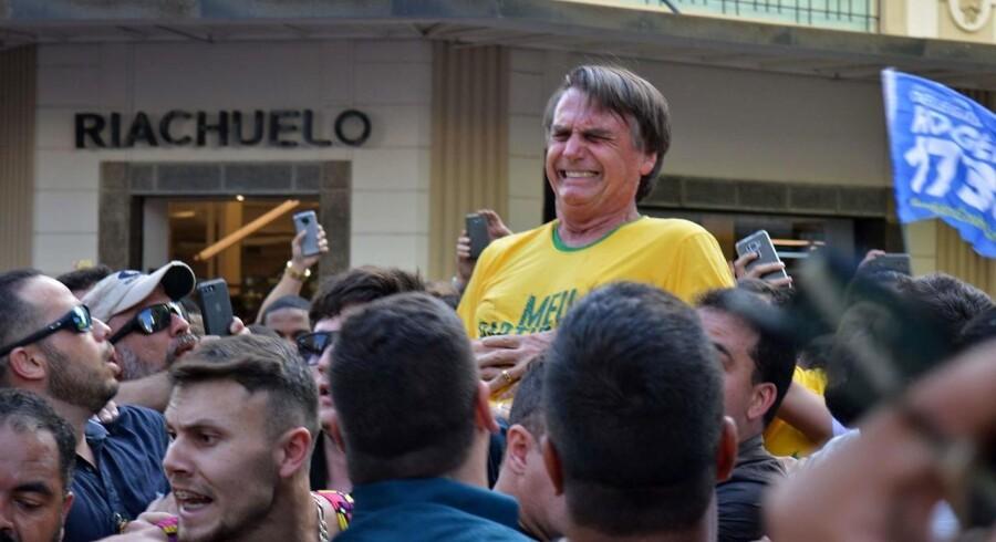 Øjeblikket, hvor den brasilianske præsidentkandidat, Jair Bolsonaro, bliver stukket ned.
