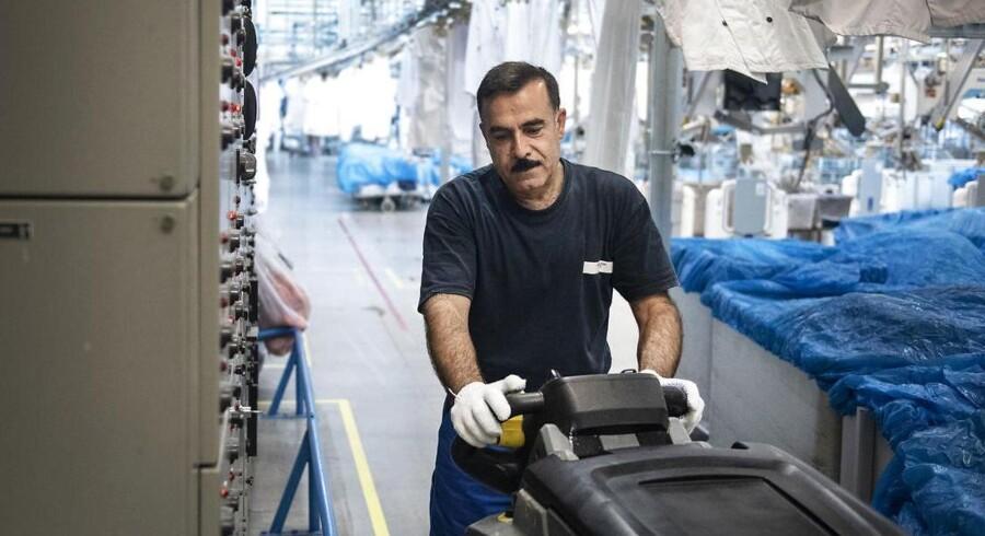 I hjemlandet Syrien arbejdede Abdul Rahman på kontor med en universitetsuddannelse i salg på CVet. Nu gør han rent, men er glad for at være i arbejde, selv om det er noget helt andet, han laver. Foto: Celina Dahl