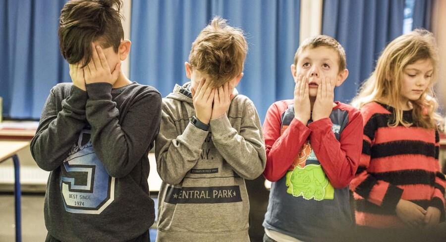 I Danmark lider vi ikke kun af skoletræthed, men også af mangel på skolelærere. Løsningen kan være en skoleuge på fire dage.
