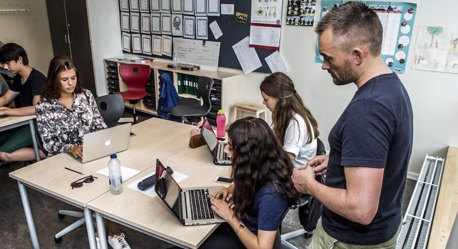 Efter Frankrig vedtog et forbud mod mobiler i skolen, debatten om hvorvidt det skulle indføres i Danmark også. Men mobiltelefonen har ifølge københavnsk skole nogle redskaber, der er uundværlige. (Arkivfoto)