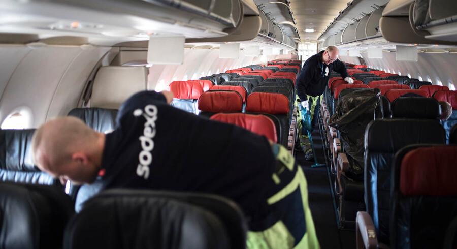 Sodexo medarbejdere gør rent på et Turkish Airlines fly. Reportage fra Kastrup Lufthavn, der fylder 90 år d. 20/4-2015.